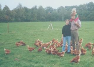 2003-01-07; Kudammhof Friederike, Johannes und Kind bei Freilandhuehnern