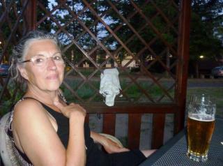 08-07; Melnik; Heidi beim Bier 01