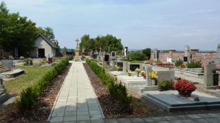 08-16; Serec; See von gegenüber; Friedhof