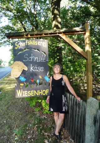 08-27; Leippe, Schäferei; Eingang mit Heidi