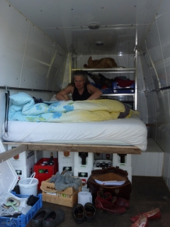 Heidi macht das Bett