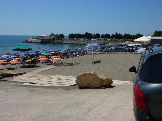Der Strand hinter dem ehemaligen Militärhafen