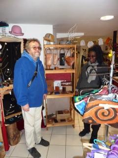 Barikissou mit Harry vor ihrem Ledersortiment