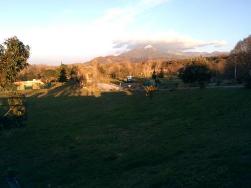 Und im Hintergrund, schneebedeckte Berge