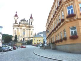Mit Kirche und Rathaus