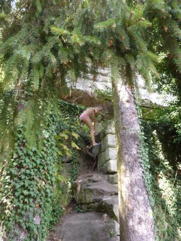 Heidi steigt in fremde Höhlen ein