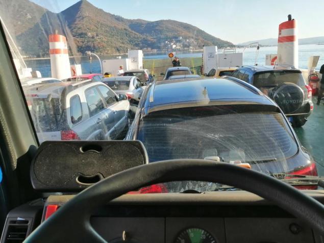 Gedränge auf der Fähre in der Bucht von Kotor