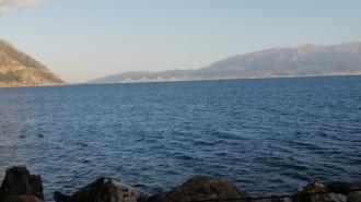 Mit Blick auf die Brücke von Patras